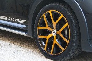 Ferrous Dueller en action sur une jante de Volkswagen Coccinelle Dune cabriolet